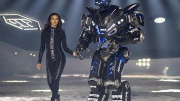 La modelo Irina Shayk desfila para la colección Philipp Plein con un robot, una característica del desfile, durante la Semana de la Moda en Nueva York, el sábado 10 de febrero de 2018.