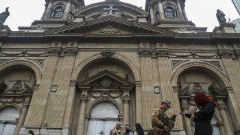 Soldados y la policía nacional forman parte de un operativo para evitar la propagación del nuevo coronavirus frente a la catedral de Santiago, Chile, el lunes 8 de junio de 2020.