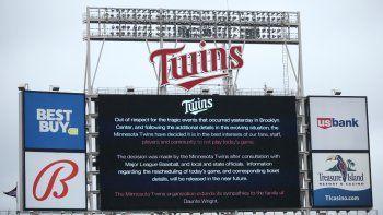 La pizarra del Target Field explica la postergación del juego entre los Mellizos de Minnesota y los Medias Rojas de Boston, el 12 de abril de 2021, en Minneapolis.