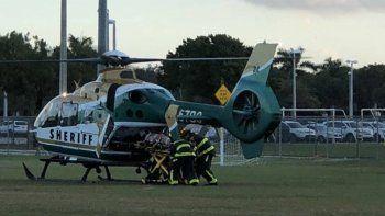 El estudiante, que no se creía que llevaba un casco, sufrió una lesión en la cabeza y fue trasladado en avión al Memorial Regional Hospital en Hollywood en buenas condiciones.