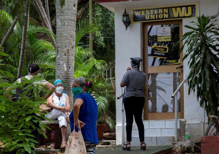 La gente se para frente a un Western Union en La Habana, Cuba, 20 de junio de 2020.