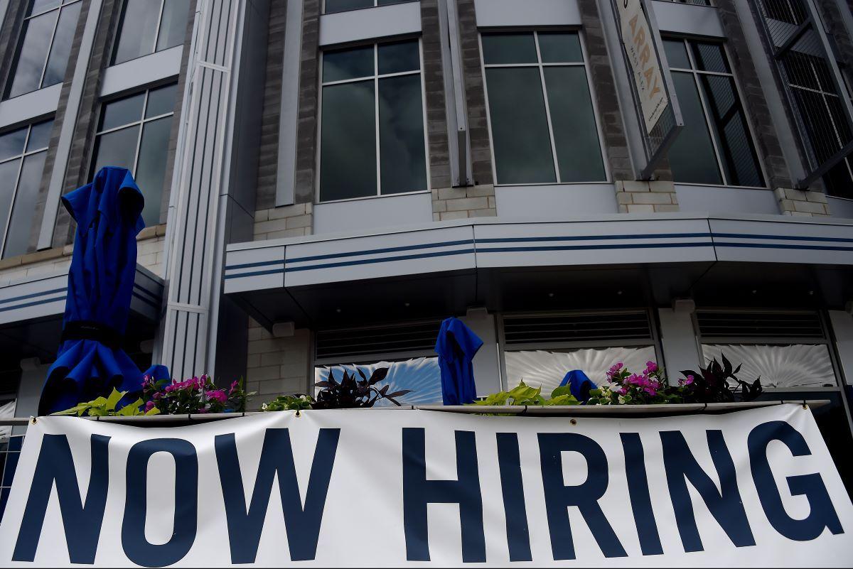 Un letrero que ofrece empleos es exhibido en un hotel.