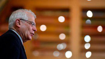 Josep Borrell, alto representante de la Unión Europea para Asuntos Exteriores y Política de Seguridad Común, habla con los periodistas antes de una reunión de ministros del Exterior de la UE en la sede del Consejo Europeo, en Bruselas, el lunes 25 de enero de 2021.