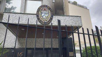 La foto muestra la entrada de la embajada de Cuba en París, atacada por vándalos en la víspera, martes 27 de julio de 2021. Las autoridades francesas investigan un ataque con bomba incendiaria que provocó daños menores. El canciller cubano Bruno Rodríguez acusó a Estados Unidos del ataque.