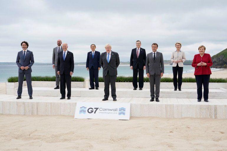 Los líderes del G7 posan para una foto de grupo con vistas al mar en el hotel Carbis Bay