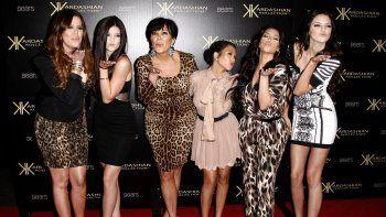 De izquierda a derecha, Khloe Kardashian, Kylie Jenner, Kris Jenner, Kourtney Kardashian, Kim Kardashian y Kendall Jenner en la fiesta de lanzamiento de Kardashian Kollection en Los Ángeles, realizada el 17 de agosto de 2011.