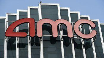 En esta foto de archivo del 29 de abril de 2020, el letrero de AMC aparece en el complejo de cines AMC Burbank 16 en Burbank, California. AMC Theatres, la cadena más grande del país, está retrasando sus planes de comenzar a reabrir cines en dos semanas.