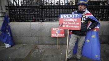 Steve Bray, activista contra el Brexit, frente al Parlamento en Londres. Los carteles dicen: Brexit, adiós a nuestra libertad de movimientos y Mejor juntos.