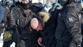 La policía arresta a un hombre durante una protesta contra la detención del líder opositor Alexei Navalny, en Khabarovsk, a 6.100 kms (3.800 millas) al este de Moscú, Rusia, el 23 de enero de 2021