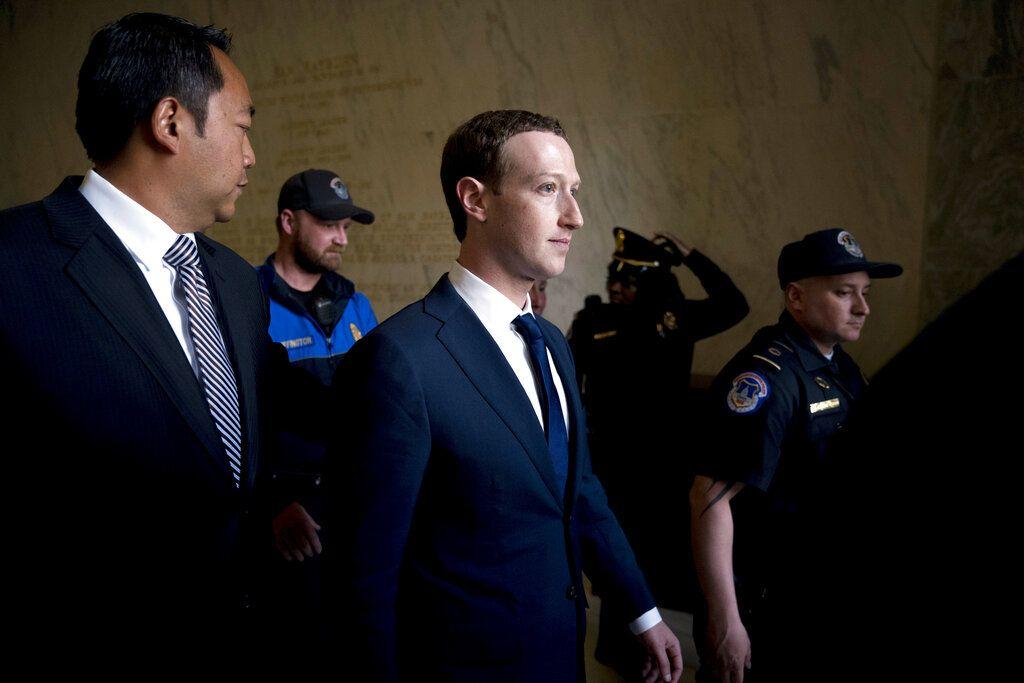El CEO de Facebook Mark Zuckerberg (centro) a su llegada a una cumbre del foro de Cooperación Económica de Asia y el Pacífico en Lima el 19 de noviembre del 2016. (AP Photo/Andrew Harnik, File)