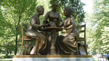 La inauguración de la estatua de las pioneras de los derechos de las mujeres Susan B. Anthony, Elizabeth Cady Stanton y Sojourner Truth se ve en Central Park en Nueva York el 26 de agosto de 2020. , marcando la primera estatua de mujeres de la vida real del parque.