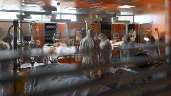 El 24 de marzo de 2020, personal médico con equipo de protección atienden a los pacientes en la nueva unidad de cuidados intensivos creada para casos de coronavirus COVID-19 en el hospital Casal Palocco, cerca de Roma, Italia.