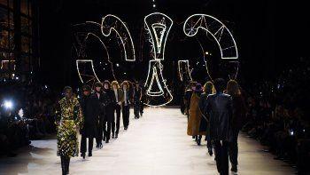 Las modelos presentan creaciones para Celine al final del desfile de moda de la colección Otoño-Invierno 2020-2021 para mujeres, listo para usar en París, el 28 de febrero de 2020.