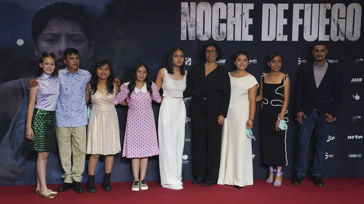 La directora Tatiana Huezo, en el centro, y el elenco de Noche de fuego posan en la alfombra roja antes del estreno de la película en la residencia presidencial Los Pinos, el martes 14 de septiembre de 2021.
