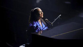 En esta imagen proporcionada por NBC, Demi Lovato interpreta a Commander in Chief para los Billboard Music Awards el 14 de octubre de 2020 en el Dolby Theatre de Los Ángeles.