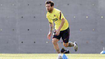 En imagen proporcionada por el club Barcelona, el argentino Lionel Messi entrena en las instalaciones del equipo, el viernes 8 de mayo de 2020, en Barcelona.