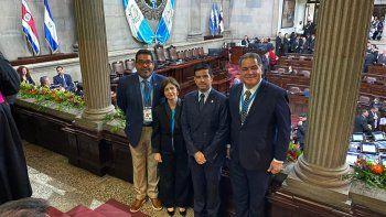 Los diputados venezolanos Luis Florido, Winston Flores y Jesús Yanez, junto a la embajadora de Juan Guaidó ante el gobierno de Guatemala, María Teresa Romero desde el Congreso de Guatemala minutos antes de la investidura del presidenteAlejandro Giammattei.