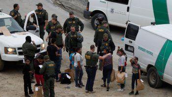 Un grupo de hondureños solicitantes de asilo es detenido por la Patrulla Fronteriza tras cruzar la frontera entre Estados Unidos y México, en San Diego, California.