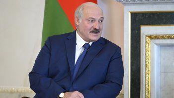 El presidente bielorruso Alexander Lukashenko escucha al presidente ruso Vladimir Putin durante su reunión en San Petersburgo, Rusia, el martes, 13 de julio del 2021.