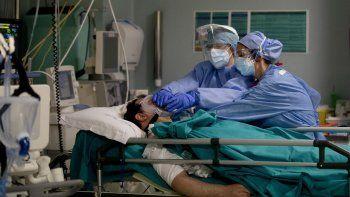 En esta imagen de archivo del 16 de abril de 2020, personal médico atendiendo a un paciente durante la epidemia de coronavirus, en el hospital San Carlo en Milán, Italia.