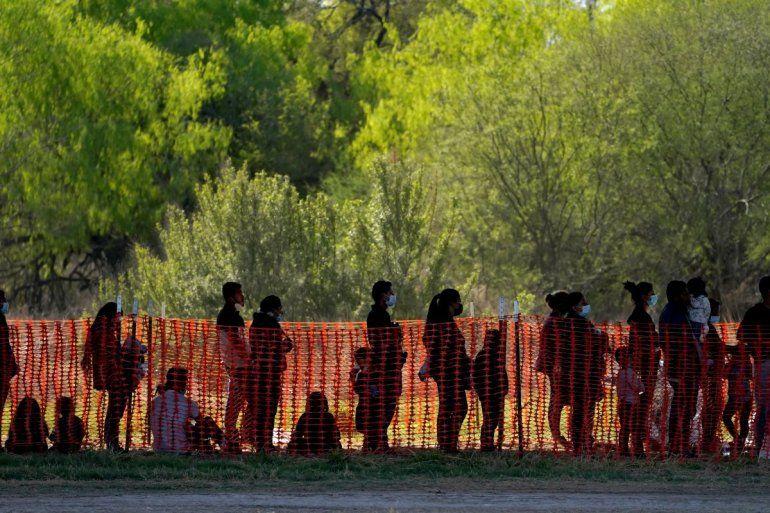 La foto de archivo del 19 de marzo de 2021 muestra a migrantes detenidos en instalaciones de la agencia Aduanas y Protección Fronteriza de EEUU en Mission
