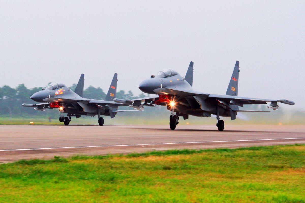 Dos aviones de combate SU-30 chinos despegan desde un lugar no especificado para patrullar sobre el Mar del Sur de China.