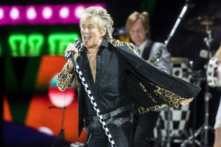 Fotografía de archivo del 29 de enero de 2018 del cantante de rock británico Rod Stewart en un concierto en la Sports Arena Papp Laszlo en Budapest