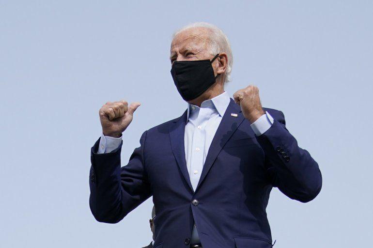 El candidato presidencial demócrata Joe Biden aborda un avión rumbo a Florida en el aeropuerto de New Castle