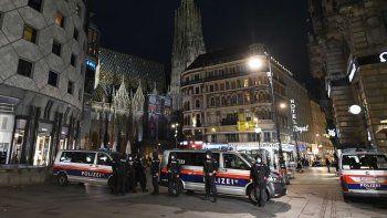 La policía patrulla fuera de la Catedral St. Stephens en Viena, Austria, el 3 de noviembre de 2020, un día después de un tiroteo en varios lugares del centro de Viena.
