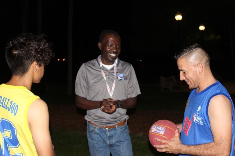 Fritz Valdeus (centro), creador del hanetball360, conversa con Fernando Martínez (izq.), del Florida ICan, y con Clemente Callejas, del Palm Beach Avar, en un alto de la práctica en el Calousa Park, en Boynton Beach, Miami.