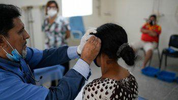 Trabajadores de la salud ayudan a recuperarse a pacientes venezolanos que tuvieron COVID-19 en el centro de salud administrado por el régimen en el barrio Coche de Caracas, Venezuela, el jueves 25 de febrero de 2021.