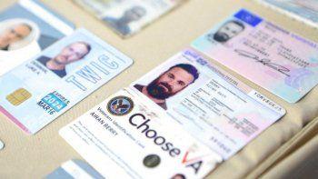Esta fotografía proporcionada por la oficina de prensa del Palacio de Miraflores el lunes 4 de mayo de 2020 muestra lo que las autoridades del régimen de Nicolás Maduro señalaron son los documentos de identificación de dos estadounidenses detenidos, Airan Berry (derecha) y Luke Denman (izquierda), en Caracas.
