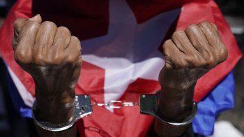 Manifestantes cubanos antigubernamentales se manifiestan frente a la ONU el 23 de junio de 2021 mientras la ONU celebra una sesión sobre la necesidad de poner fin al bloqueo económico, comercial y financiero impuesto por Estados Unidos contra Cuba.