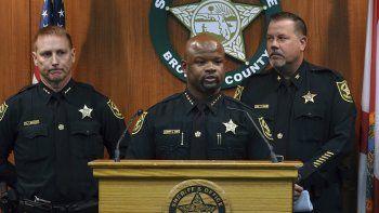 Gregory Tony, jefe policial del condado de Broward en Florida, anuncia el despido de dos agentes por negligencia profesional ante la matanza en febrero de 2018 en la Escuela Marjory Stoneman Douglas de Parkland, en Florida.