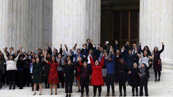 Jóvenes inmigrantes y activistas salen de la Corte Suprema en Washington DC el martes 12 de noviembre del 2019 tras escuchar argumentos a favor y en contra de un programa de alivio migratorio conocido como DACA.