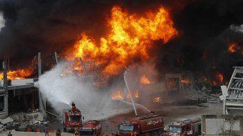 Se alzan las llamas en el puerto de Beirut, Líbano, jueves 10 de septiembre de 2020. Un gran incendio estalló en el puerto de Beirut, lo que provocó el pánico en una población aún traumatizada por la explosión del mes pasado, que dejó cientos de muertos y miles de heridos.