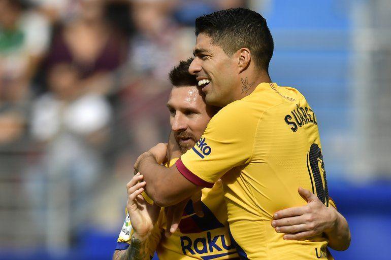 Luis Suárez festeja tras anotar el tercer gol del Barcelona junto a Lionel Messi en la victoria 3-0 ante Eibar en la Liga española
