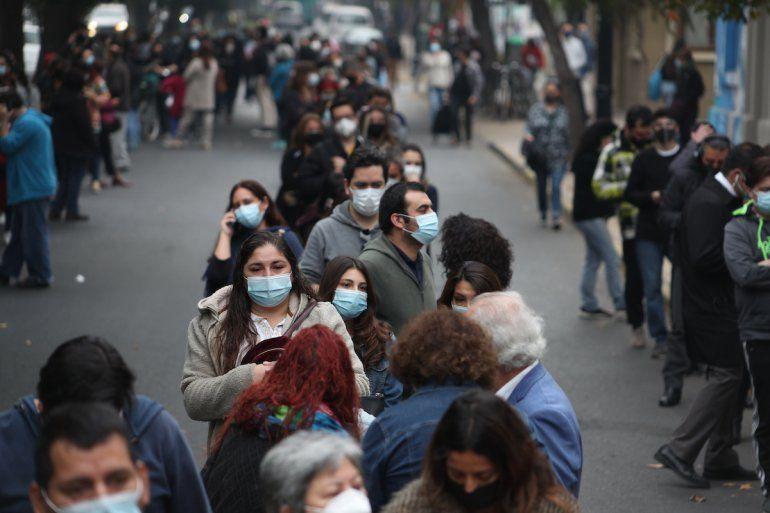 Los votantes se alinean afuera de una mesa de votación durante las elecciones de la Convención Constitucional para seleccionar a los miembros de la asamblea que redactarán una nueva Carta Magna en Santiago de Chile