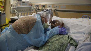 En esta fotografía de archivo del 31 de julio de 2020, Romelia Navarro, de 64 años, llora mientras abraza a su esposo, Antonio, en sus momentos finales en una unidad de COVID-19 en el Centro Médico St. Jude en Fullerton, California.