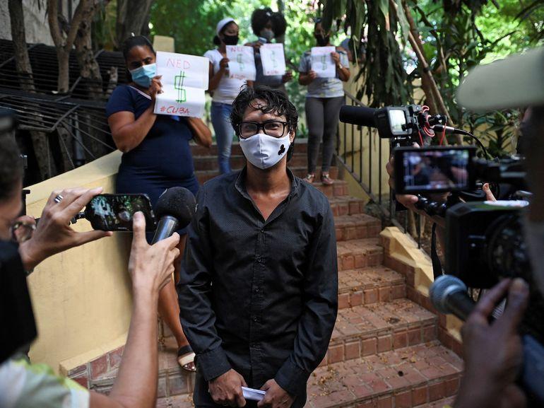 El actor y dramaturgo cubano Yunior García Aguilera es rodeado por la prensa luego de reunirse con autoridades municipales en La Habana Vieja, el 12 de octubre de 2021. García recibió una respuesta negativa a su solicitud de una marcha pacífica en La Habana el próximo 15 de noviembre.