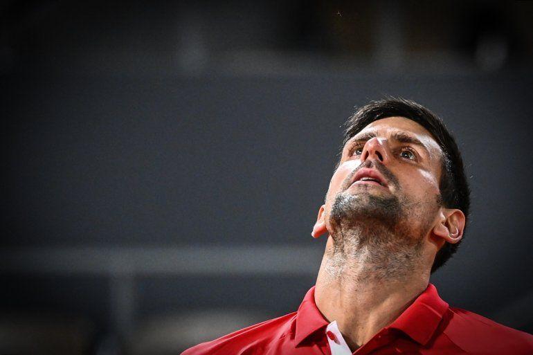 El serbio Novak Djokovic reacciona mientras juega contra el italiano Matteo Berrettini durante el partido de cuartos de final del Roland Garros 2021