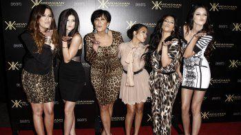 En esta foto de archivo del 17 de agosto de 2011, de izquierda a derecha, Khloe Kardashian, Kylie Jenner, Kris Jenner, Kourtney Kardashian, Kim Kardashian y Kendall Jenner llegan a la fiesta de lanzamiento de Kardashian Kollection en Los Ángeles.