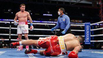 El turco Avni Yildirim cae a la lona ante una serie de golpes del mexicano Saúl Canelo Álvarez en el tercer asalto de la pelea que se disputó el sábado 27 de febrero en Miami