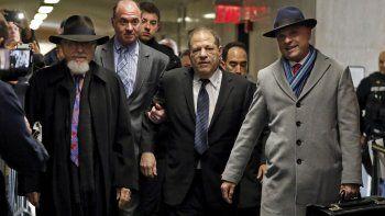 Harvey Weinstein, en el centro, acompañado por el abogado Arthur Aidala, a la derecha, llega a la corte para su juicio en Nueva York por cargos de violación, el miércoles 22 de enero.