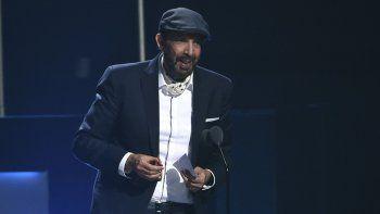 """Juan Luis Guerra recibe el premio a mejor álbum contemporáneo/tropical fusión por """"Literal en la 20a entrega del Latin Grammy el jueves 14 de noviembre de 2019 en el MGM Grand Garden Arena en Las Vegas."""