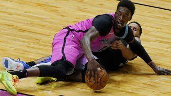 El pívot del Heat de Miami, Bam Adebayo (13), toma el control de un balón suelto del escolta de los Sacramento Kings, Cory Joseph, durante la primera mitad de un juego de baloncesto de la NBA, el sábado 30 de enero de 2021, en Miami.