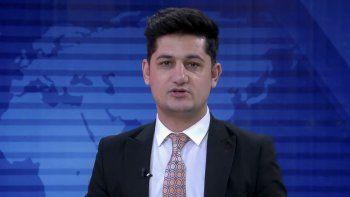 En esta captura de pantalla sin fecha publicada por Tolonews, se ve al periodista y expresentador de televisión Nemat Rawan durante una transmisión de noticias del canal ToloNews.