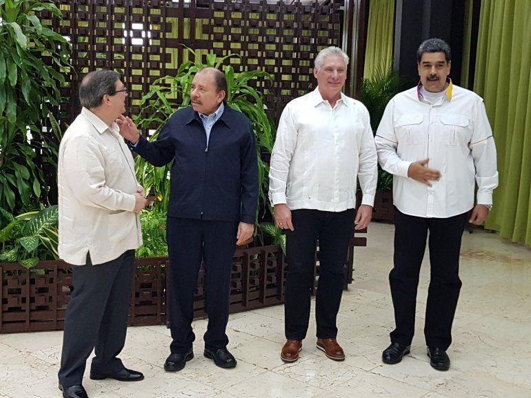 El dictador Daniel Ortega conversa con el canciller cubano Bruno Rodríguez