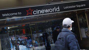 Un hombre pasa frente a las salas de cine de la cadena Cineworld en Leicester Square, Londres, el lunes 5 de octubre de 2020. Los cines en Nueva York reabrirán el 5 de marzo.