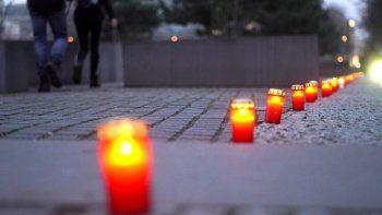 Se colocan velas en el Monumento a los judíos asesinados de Europa para conmemorar el 75 aniversario de la liberación del campo de concentración por el Ejército Rojo.